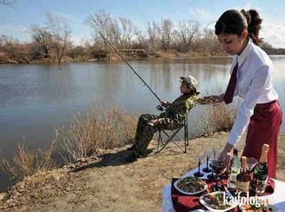Приколы на рыбалке и отдыхе с официанткой на берегу