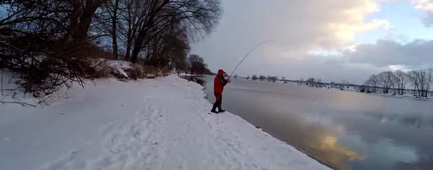 Рыболов на реке зимой