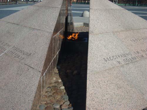 Вечный огонь на площади в Кронштадте