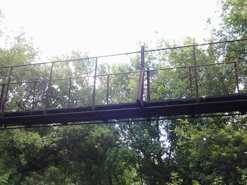 Висячий мост снизу возле воды