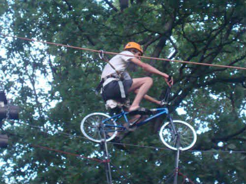 Езда на велосипеде по канату