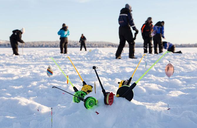 Зимние удочки на снегу
